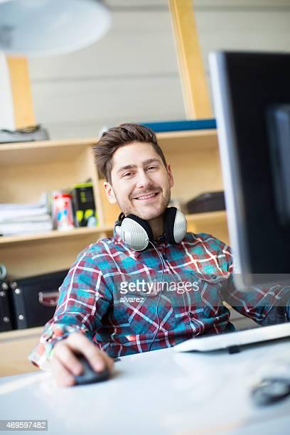 Jeune homme concepteur travail sur son ordinateur