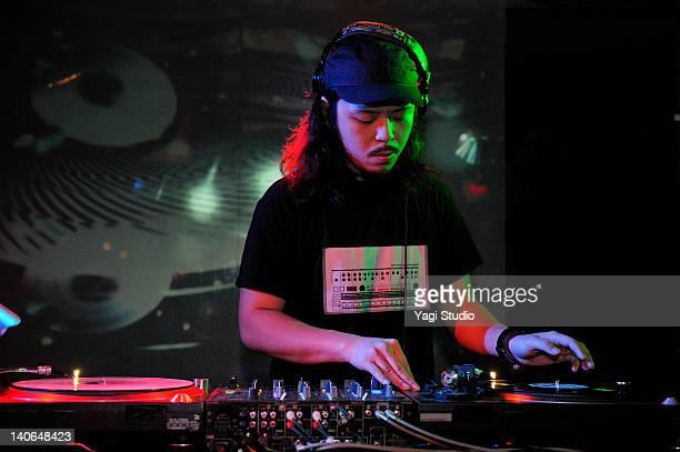 young male dj at record decks in nightclub,japan - 25 29 anos imagens e fotografias de stock