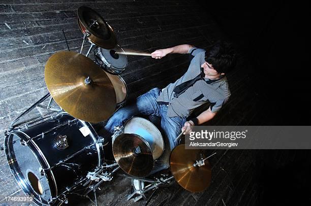 若い男性のドラマーがドラム