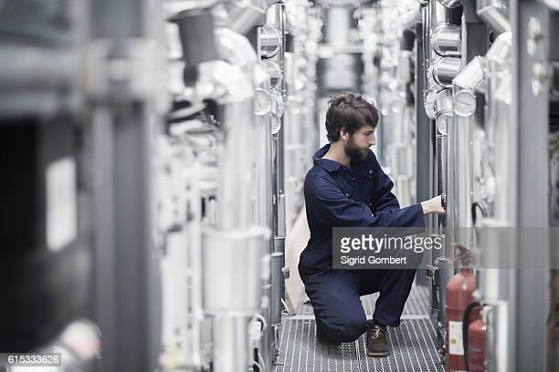 young male engineer working in an industrial plant, freiburg im breisgau, baden-württemberg, germany - sigrid gombert stock-fotos und bilder