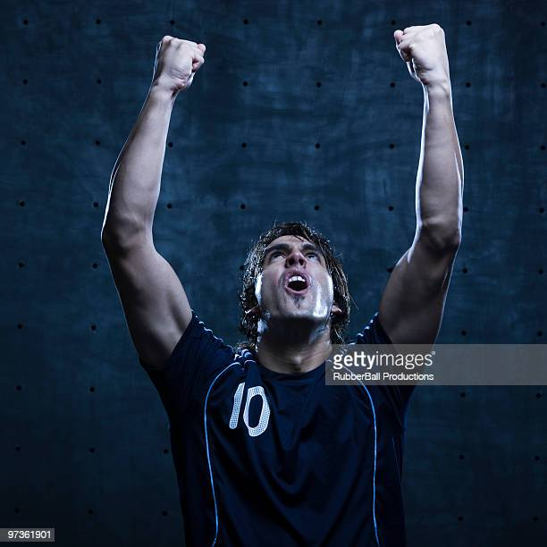 Junge Männer-Fußball-Spieler Faust in der Luft, Studioaufnahme