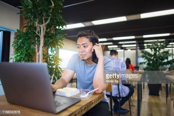 現代のコワーキングスペースで働く若い男性無料踊っ - フリーランス ストックフォトと画像