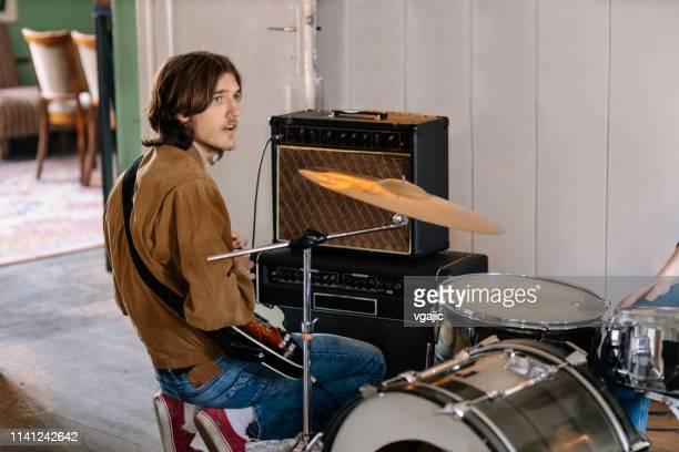 junge männliche gitarre auf rehearsal - probe stock-fotos und bilder