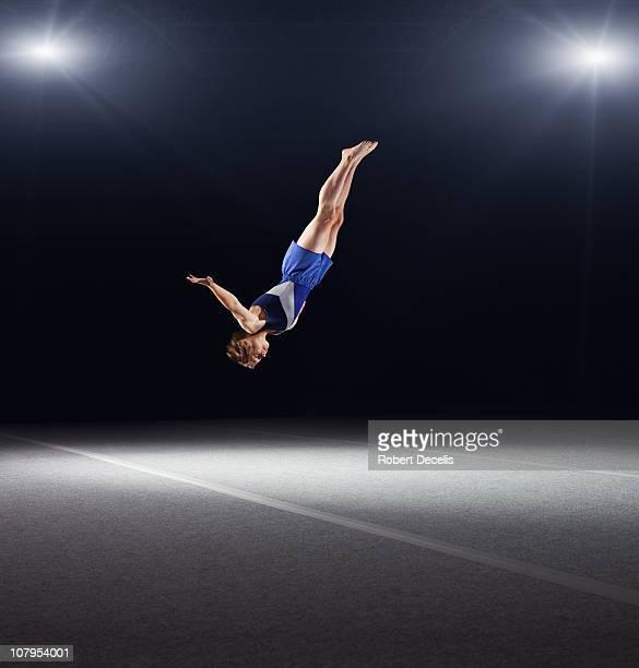 young male gymnast performing floor routine - gymnastique au sol photos et images de collection