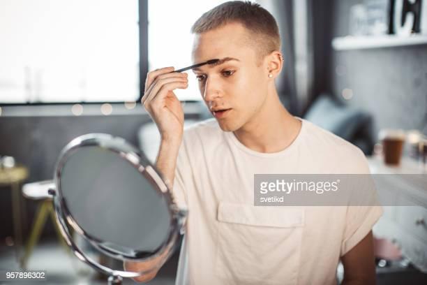 Junge männliche Maskenbildner