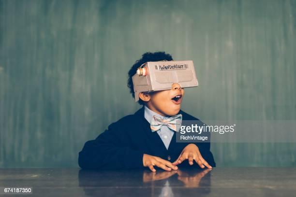 Jeune mâle Nerd avec casque de réalité virtuelle