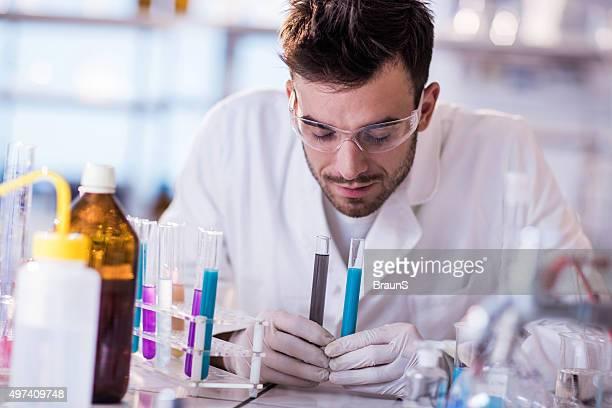 Jeune mâle scientifique substances parfumées de tubes à essai.
