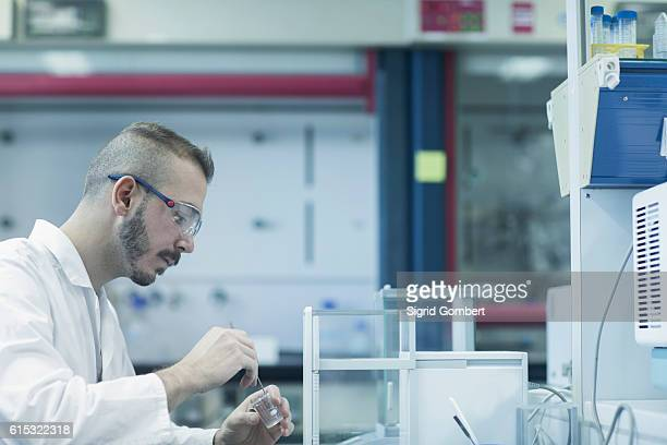 young male scientist working in a pharmacy laboratory, freiburg im breisgau, baden-württemberg, germany - sigrid gombert stock-fotos und bilder