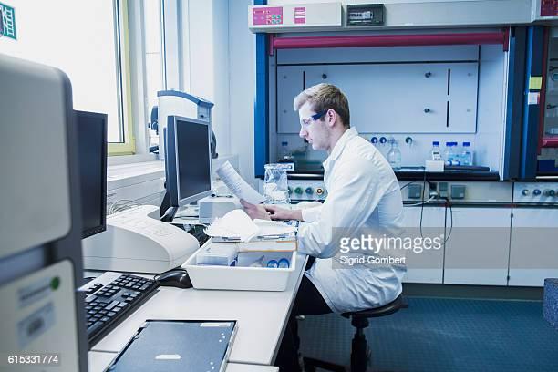 young male scientist working in a pharmacy laboratory, freiburg im breisgau, baden-württemberg, germany - sigrid gombert 個照片及圖片檔