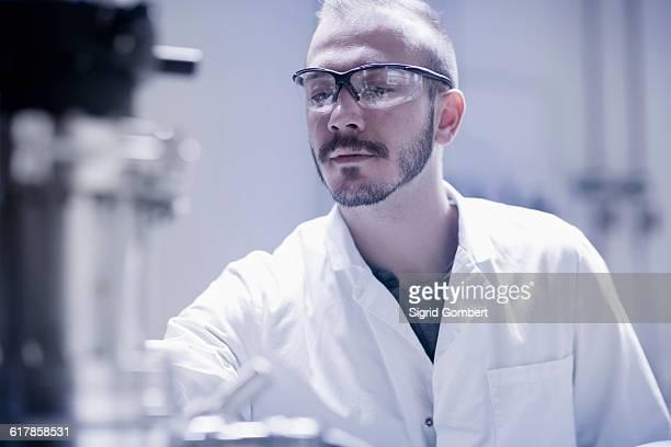 """""""young male scientist working in an optical laboratory, freiburg im breisgau, baden-württemberg, germany"""" - sigrid gombert stock-fotos und bilder"""