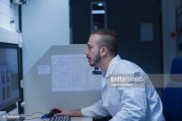 """""""young male scientist working on computer in an optical laboratory, freiburg im breisgau, baden-württemberg, germany"""" - sigrid gombert stock-fotos und bilder"""