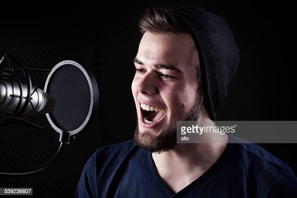 Junge männliche Sänger sound recording studio
