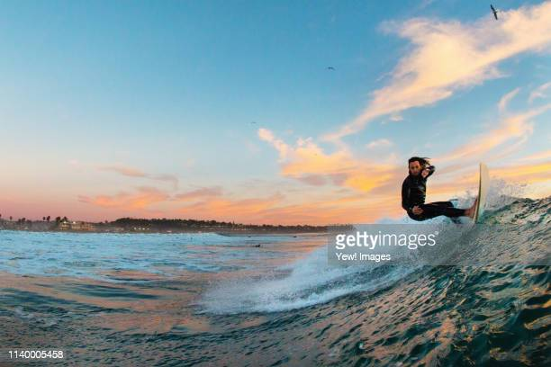 young male surfer surfing a wave, cardiff-by-the-sea, california, usa - california photos et images de collection