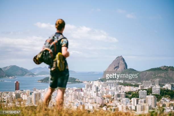 junge männliche reisende auf der suche nach rio de janeiro - casa stock-fotos und bilder