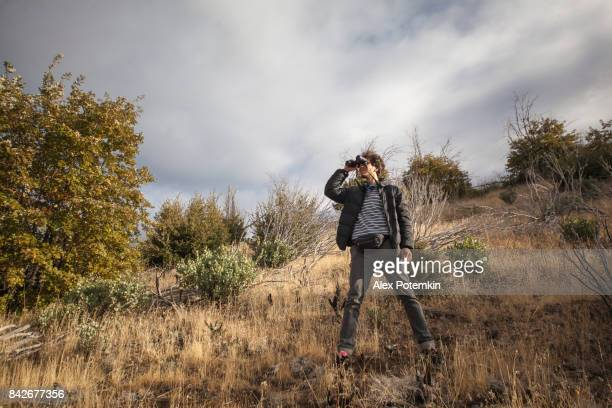 young man, 27-years-old tourist, observing the yosemite national park with the binocular - 25 29 years stock pictures, royalty-free photos & images