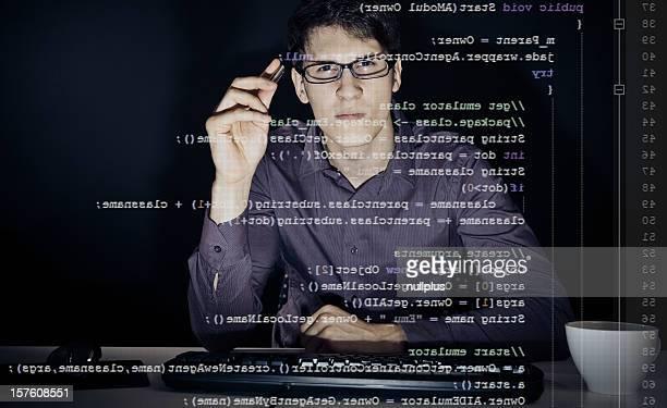 Giovane uomo analizzando il codice java