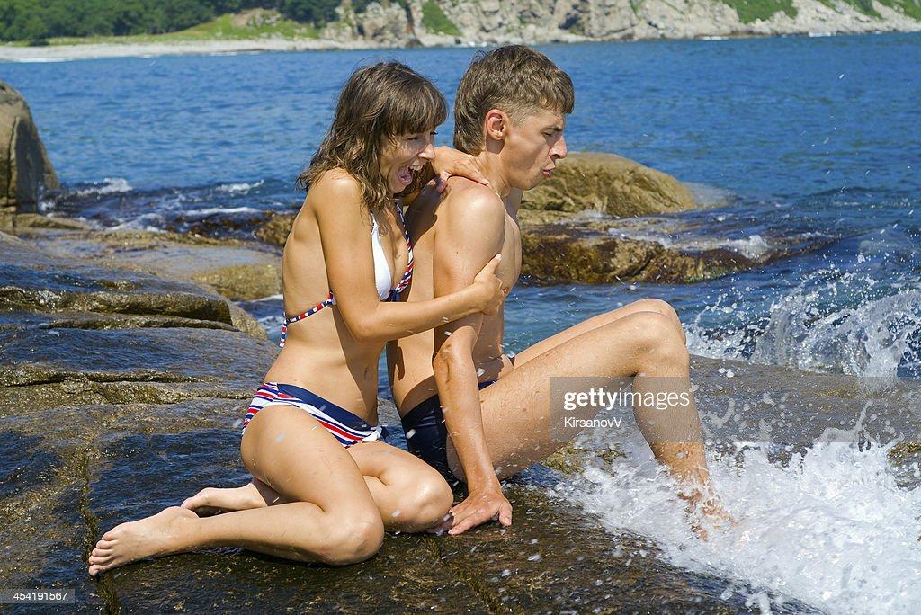 Junger Mann und Frau am Meer : Stock-Foto