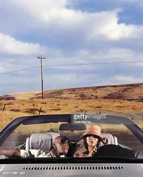 Junger Mann und Frau im Cabrio Auto