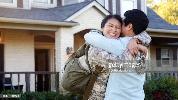 jeune homme et une femme en uniforme câlin et le sourire - renvoyer la balle photos et images de collection