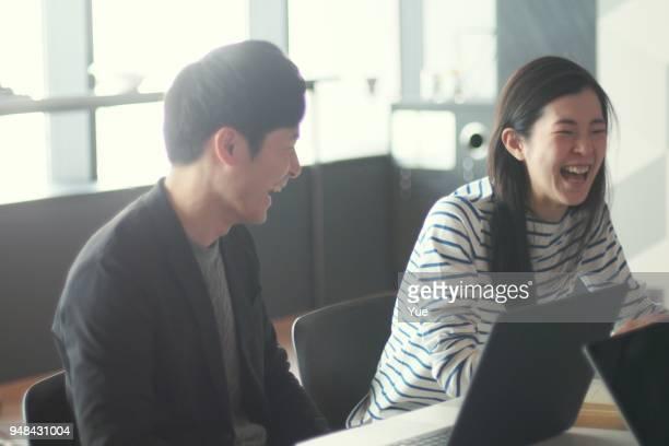 若い男性と女性の近代的なシェア オフィスで働く - 笑顔 ストックフォトと画像