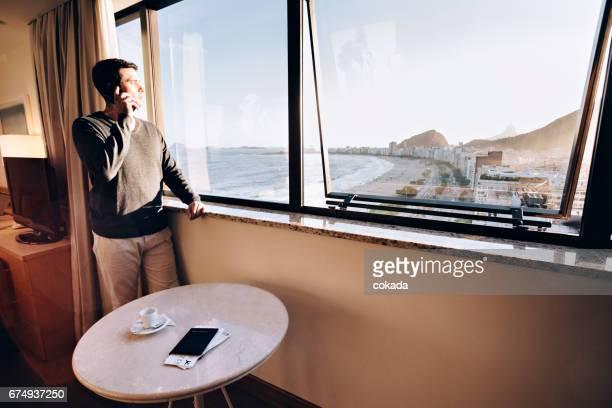 リオ ・ デ ・ Janeiro´s のホテルの部屋で若い男