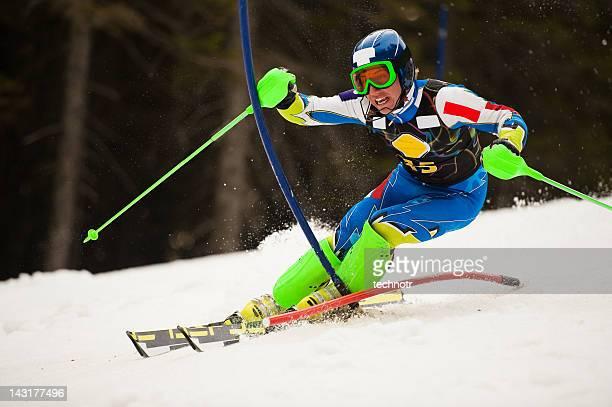 Junger Mann im slalom-Skifahren Wettbewerb