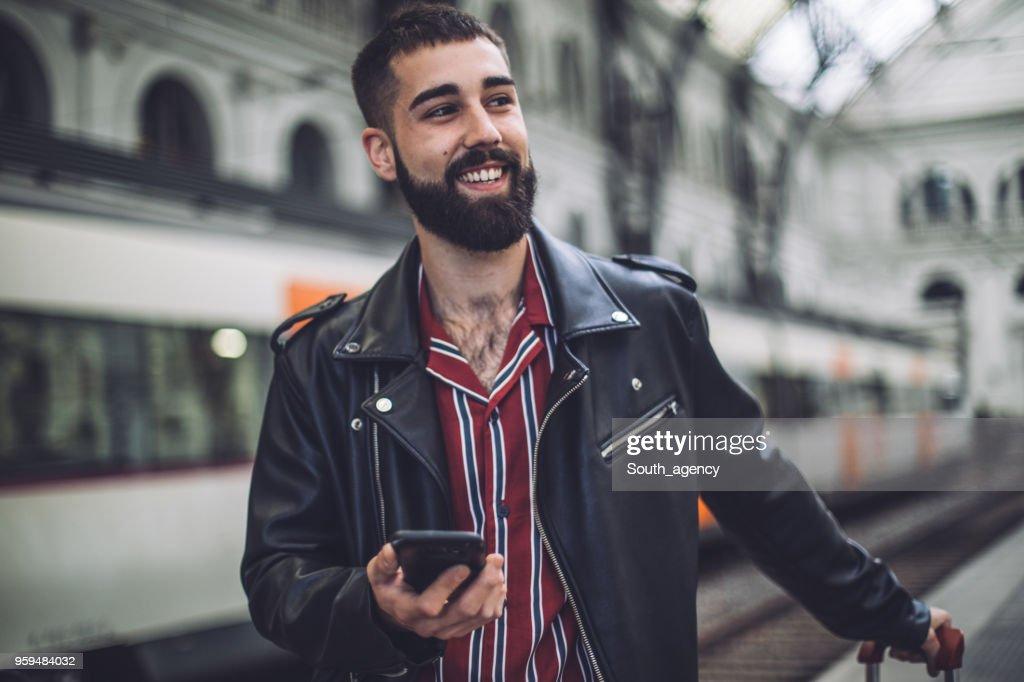 Junger Mann am Bahnhof : Stock-Foto