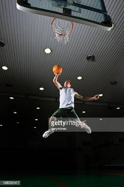 Junger Mann Dunks. Basketball Player
