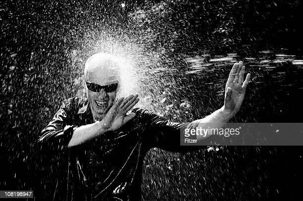 giovane uomo viene spruzzato con acqua, bianco e nero - squirt foto e immagini stock