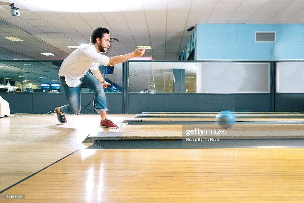 Junger Mann Bowling : Stock-Foto
