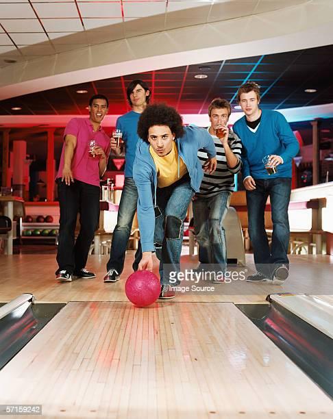 Junger Mann bowling