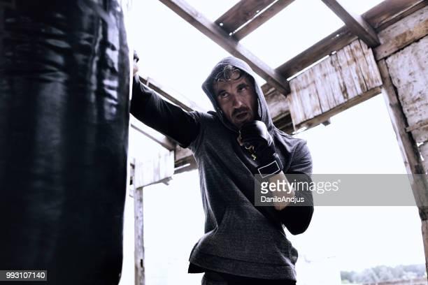 hombre joven de boxeo - deporte de combate fotografías e imágenes de stock