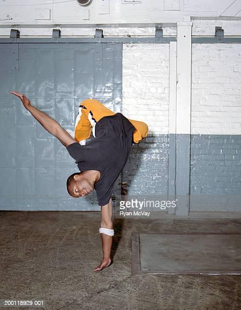 Young man breakdance, equilibrio en una mano