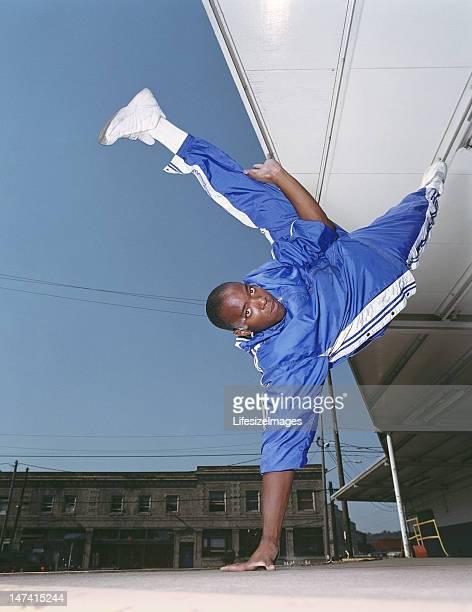 young man breakdance, equilibrar por un lado, de retratos - hands in her pants fotografías e imágenes de stock