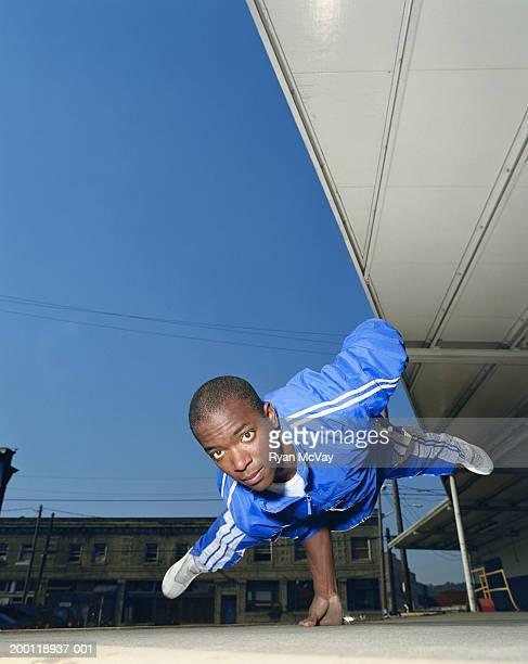 Young man breakdance, equilibrar por un lado, de retratos