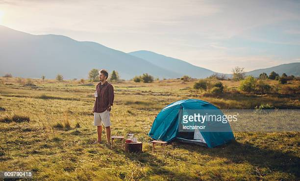 Jeune homme camping