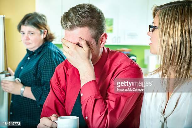 joven no ayuda riendo en tanto embarazoso colega - homofobia fotografías e imágenes de stock