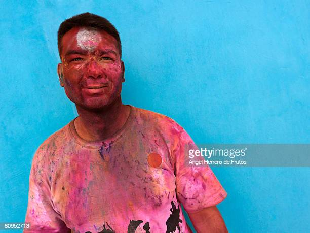 young man celebrating de hindu  spring holi festival in jodhpur, india 2008. - holi phagwa - fotografias e filmes do acervo
