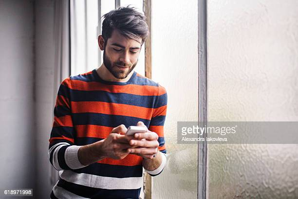 若い男性チャット電話中