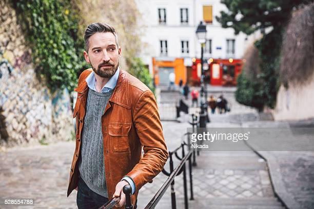 Jeune homme grimper les escaliers en Deux pas de Montmartre