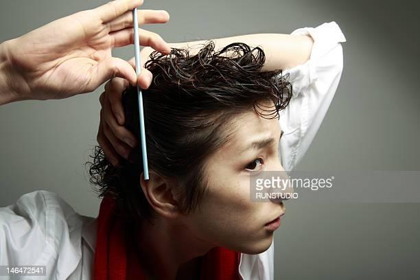 young man combing hair - penteando imagens e fotografias de stock
