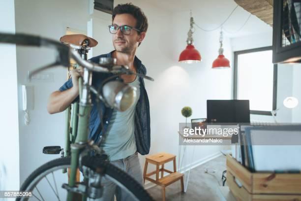 Jeune homme venant à son lieu de travail