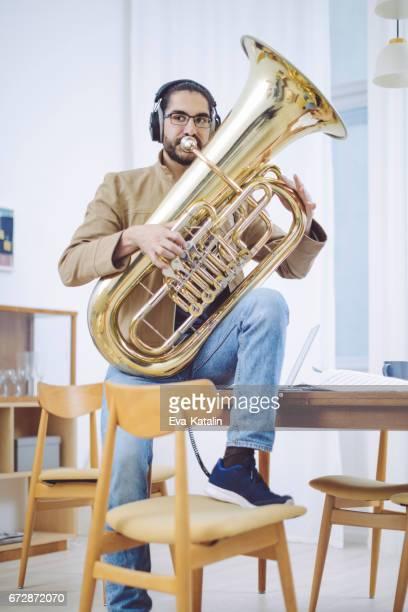 若い男の作曲家で