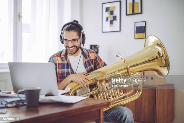 Junger Mann komponieren zu Hause