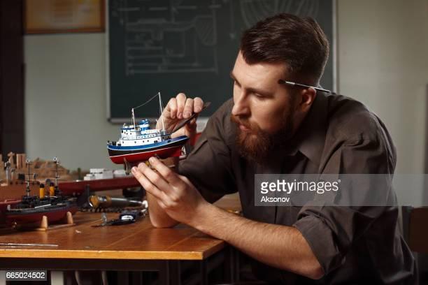 Joven, construyendo un modelo de nave