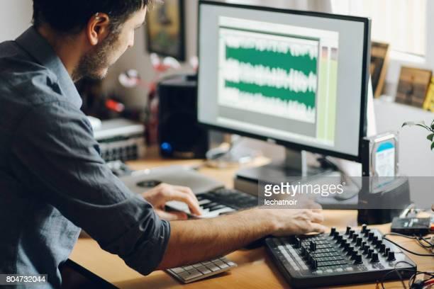 Jonge man maken van muziek thuis