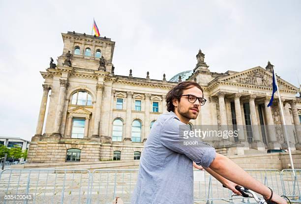 Junger Mann, Radfahren in Berlin vor oder der Reichstag, Deutschland