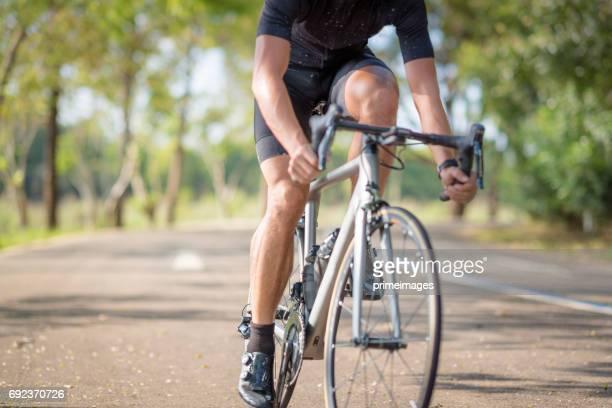 Jonge man wielrenner mountainbike in openbaar park op's ochtends rijden