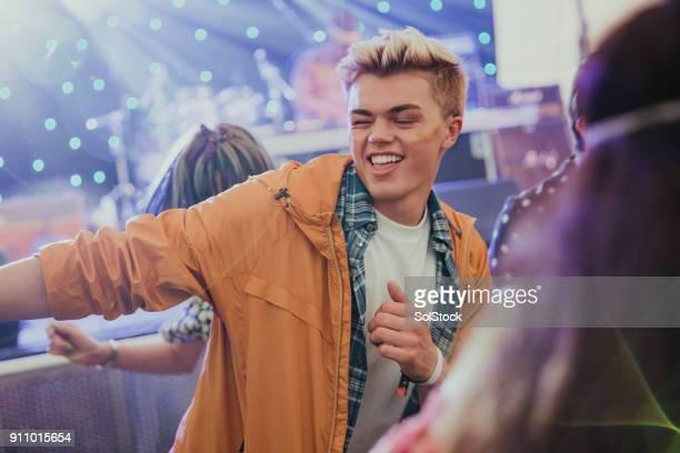 Junger Mann tanzen auf einem Musikfestival