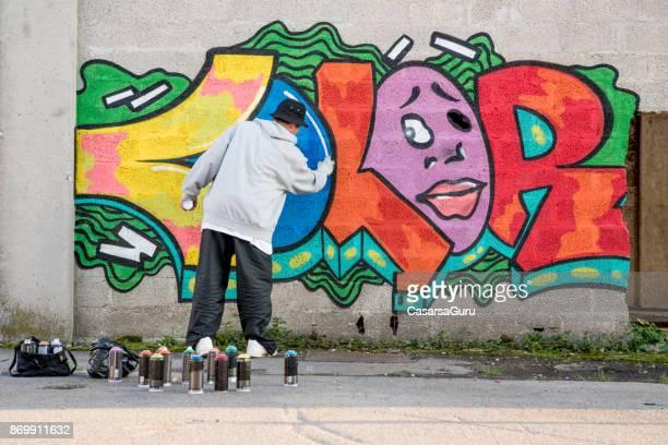 jovem fazendo graffiti - grafite produção artística - fotografias e filmes do acervo